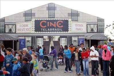 Três mil moradores do Bairro Novo lotam a sala de cinema do projeto Cine Tela Brasil. Curitiba, 10/05/2006Foto: Cesar Brustolin/SMCS