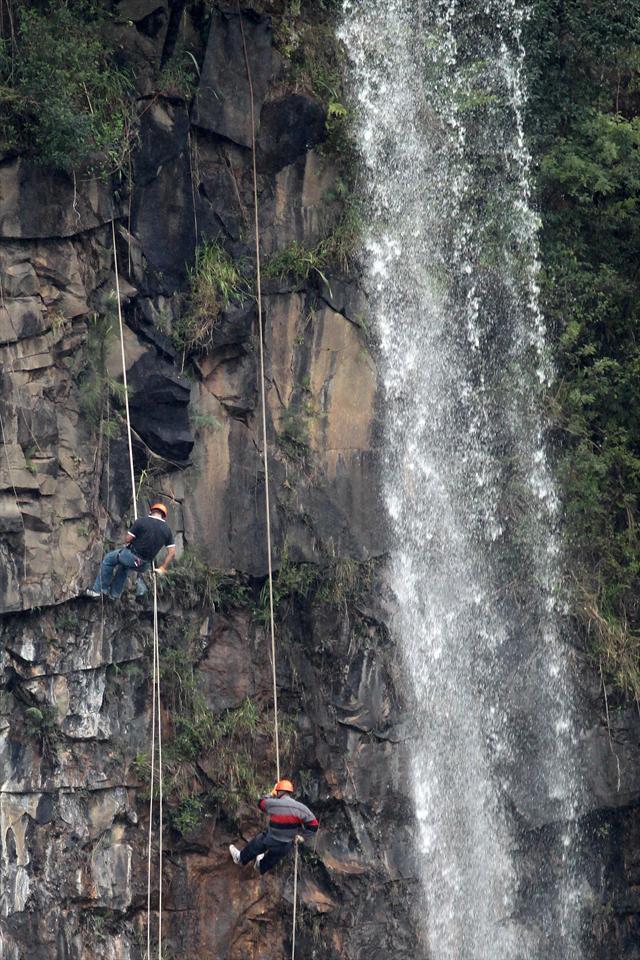 Guardas municipais fazem treinamento de rapel na cachoeira do Parque Tanguá.  Curitiba, 15/10/2010 Foto: Valdecir Galor/SMCS