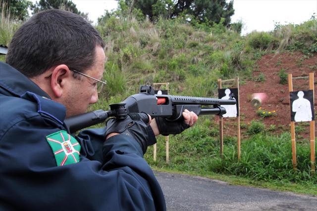 Em mais um passo na preparação de Curitiba para receber jogos da Copa do Mundo de 2014, 50 guardas municipais concluíram nesta segunda-feira (18) o curso de capacitação para uso de arma - calibre 12 - com munição não-letal. Curitiba, 18/10/2010. Foto: Valdecir Galor/SMCS