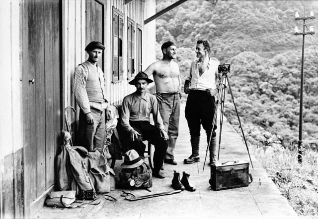 O fotógrafo Arthur Wischral (o terceiro da esquerda para a direita) e amigos na varanda de uma casa na Serra do Mar. Suporte original negativo em chapa de vidro P/B, formato10x15cm.