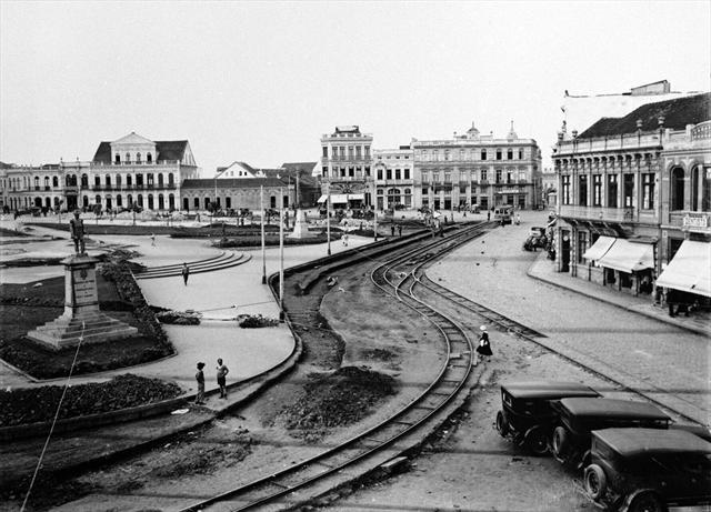 Obras de urbanização da Praça Tiradentes em 1934 para preparação da base para a construção da estação de bondes. Aparece a herma do Marechal Floriano Peixoto. Suporte original negativo em chapa de vidro P/B, formato13x18cm.