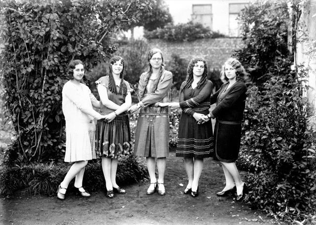 Cinco moças. Suporte original negativo em chapa de vidro P/B, formato13x18cm.