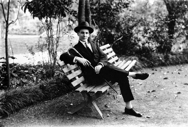 Sr. Arthur Wischral quando jovem. Suporte original negativo em chapa de vidro P/B, formato10x15cm.