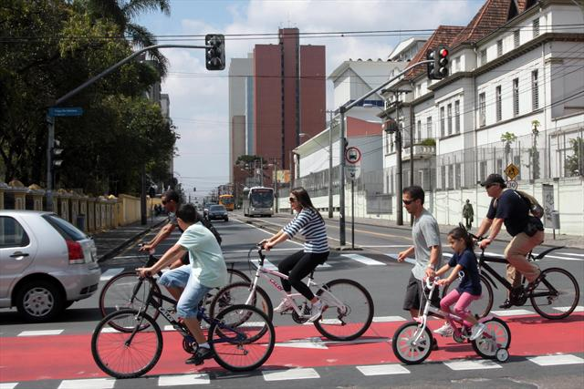 A Prefeitura lançou neste domingo o 1º Circuito Ciclofaixa de Lazer de Curitiba. O circuito de lazer, sinalizado por faixas vermelhas pintadas nas ruas que compõem o trajeto, tem 4 quilômetros de extensão.  Curitiba, 23/10/2011 Foto:Cesar Brustolin/SMCS