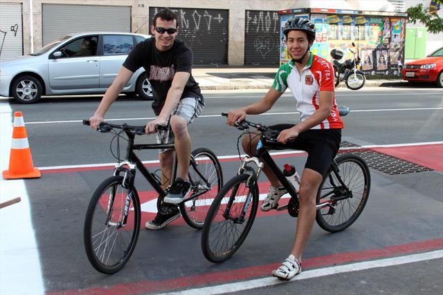 Rafael Teixeira (preto) e Renan Sakata Cardoso, participam do 1º Circuito Ciclofaixa de Lazer de Curitiba. Curitiba, 23/10/2011 Foto: Guilherme Dala Barba/SMELJ