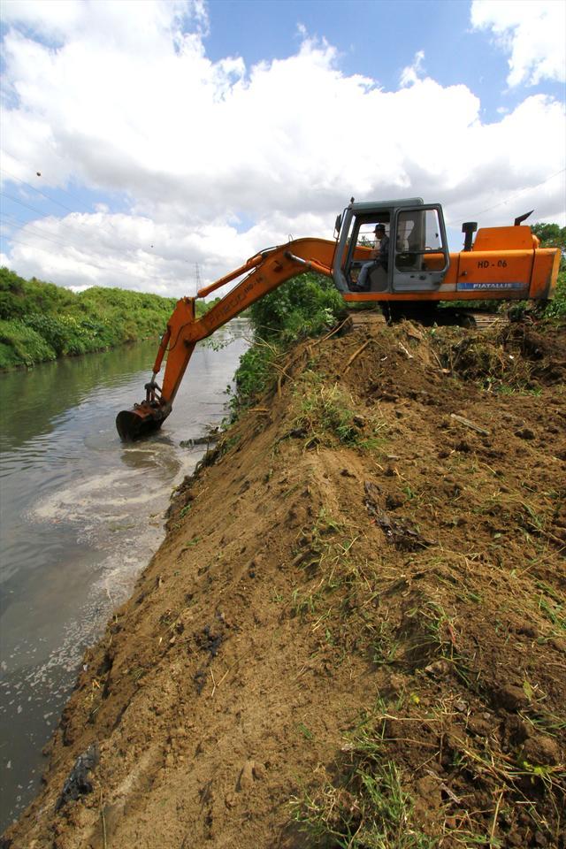Obras de limpeza do rio Atuba, no Cajuru. Curitiba, 23/11/2011 Foto: Jaelson Lucas/SMCS