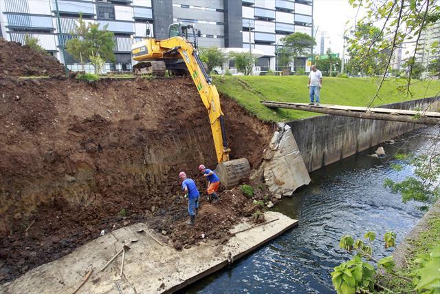 Outro ponto de limpeza no rio Belém é na região do Centro Cívico, entre o parque São Lourenço e o Palácio das Araucárias.  Curitiba, 23/11/2011 Foto: Luiz Costa/SMCS