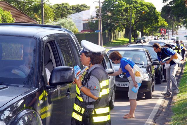 Abordagem educativa foi a primeira ação da operação Volta às Aulas feita pela Secretaria Municipal de Trânsito (Setran) com o apoio do Detran-PR. Curitiba, 07/02/2012 Foto:Jaelson Lucas/SMCS