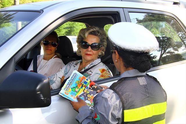 Abordagem educativa foi a primeira ação da operação Volta às Aulas feita pela Secretaria Municipal de Trânsito (Setran) com o apoio do Detran-PR. -Na imagem, a motorista Maria Lucia. Curitiba, 07/02/2012 Foto:Jaelson Lucas/SMCS