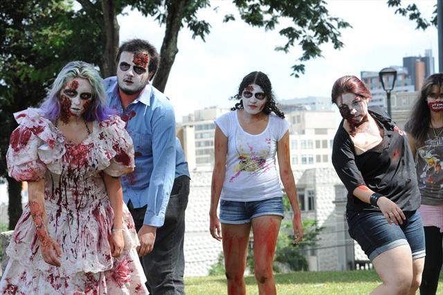 A 5ª Zombie Walk faz parte do 14º Psycho Carnival, um festival de bandas nacionais e estrangeiras que vai da Festa do Esquenta,sexta-feira (8), até a terça-feira (12), no Espaço Cult. Curitiba, 31/01/2013 Foto: Everson Bressan/SMCS