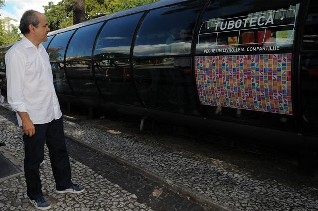 Uma estação-tubo da Praça Rui Barbosa foi a primeira a receber o projeto Tuboteca. Inaugurada pelo prefeito Gustavo Fruet, a Tuboteca é uma biblioteca na qual o usuário pode emprestar um livro, sem precisar fazer cadastro, e com a orientação de monitores para ajudar os leitores na escolha. Curitiba, 28/03/2013 Foto: Everson Bressan/SMCS