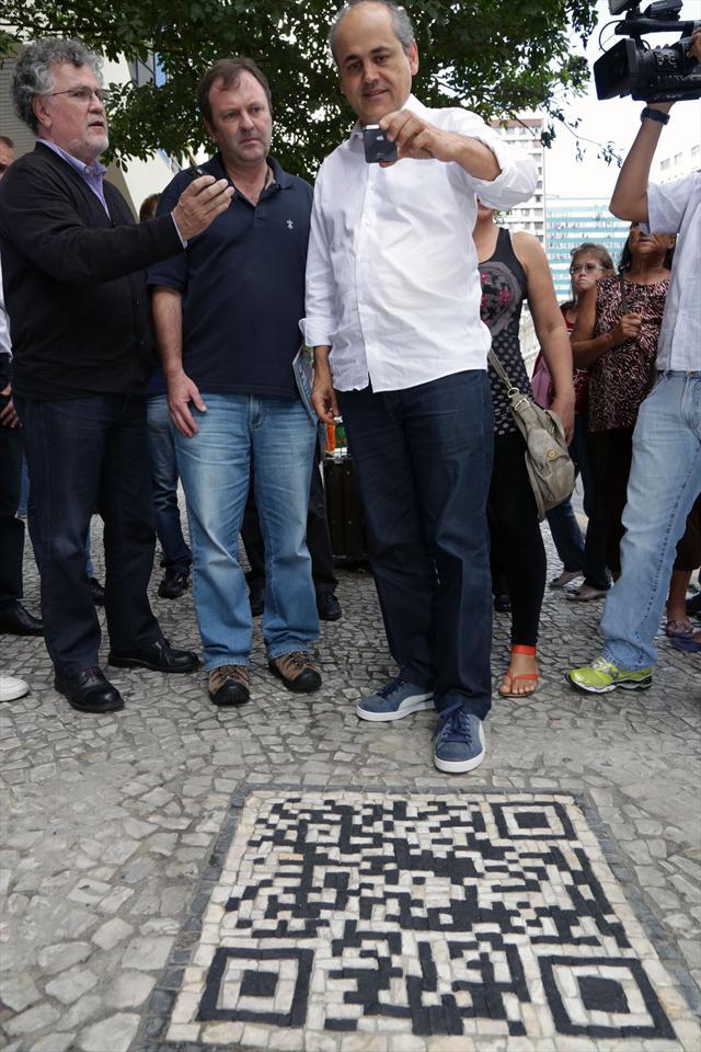 o primeiro QR Code da cidade, formado com pedras em petit-pavé. Ao ser fotografado, o código dá acesso a informações turísticas sobre a própria Boca Maldita e a Rua XV de Novembro. Curitiba, 28/03/2013 Foto: Jaelson Lucas/SMCS