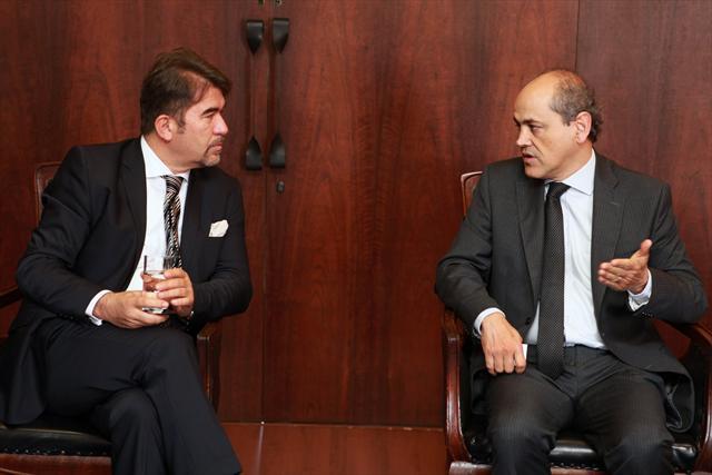 Prefeito Gustavo Fruet recebe visita do Embaixador da Turquia no Brasil, Sr. Ersin Erçin. Curitiba, 06/05/2013 Foto:Cesar Brustolin/SMCS