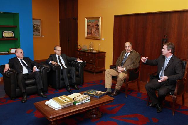 O prefeito Gustavo Fruet recebeu nesta segunda-feira (11) a visita de diplomatas e representantes da Turquia, Uruguai e México. -Na imagem, comitiva do Uruguai. Foto:Cesar Brustolin/SMCS