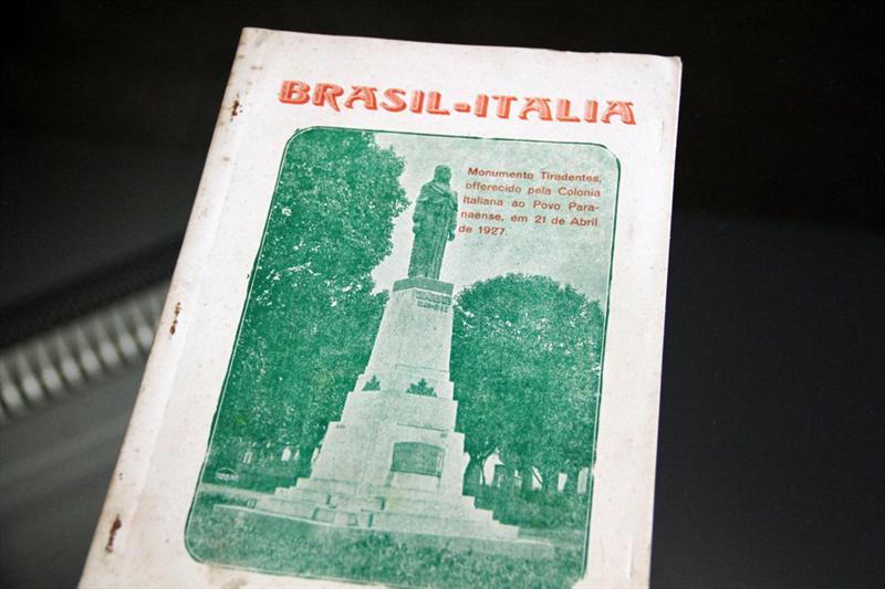 Um documento histórico, com a transcrição da ata de inauguração da estátua de Tiradentes, no marco zero da cidade, em 21 de abril de 1927, foi entregue nesta quarta-feira (02) à vice-prefeita de Curitiba, Mirian Gonçalves. Foto: Cido Marques/FCC