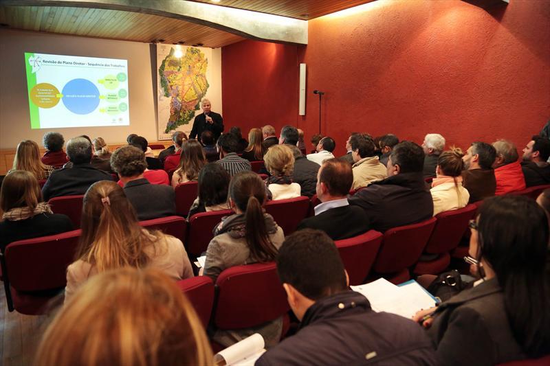 Cerca de 70 pessoas representando 20 municípios da região metropolitana de Curitiba (RMC) participaram nesta terça-feira (29) de um encontro que discutiu como articular e integrar a metrópole na revisão do Plano Diretor. Curitiba, 29/07/2014 -  Foto: Jaelson Lucas/SMCS