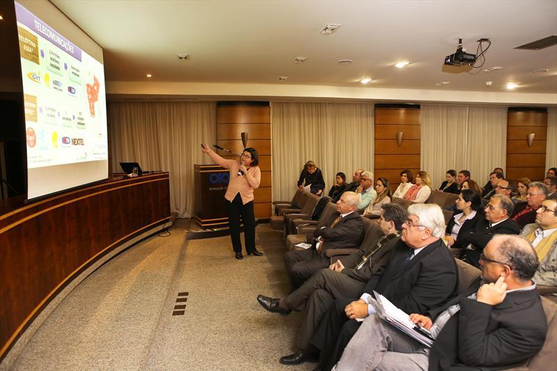 Cerca de 70 pessoas representando comerciantes e entidades setoriais participaram nesta quinta feira (06) de um ciclo de palestras promovido pela Associação Comercial do Paraná (ACP) para a apresentação do processo de discussão da revisão do Plano Diretor de Curitiba. -Na imagem, a presidente da Agência Curitiba de Desenvolvimento, Gina Paladino. Foto:Cesar Brustolin/SMCS