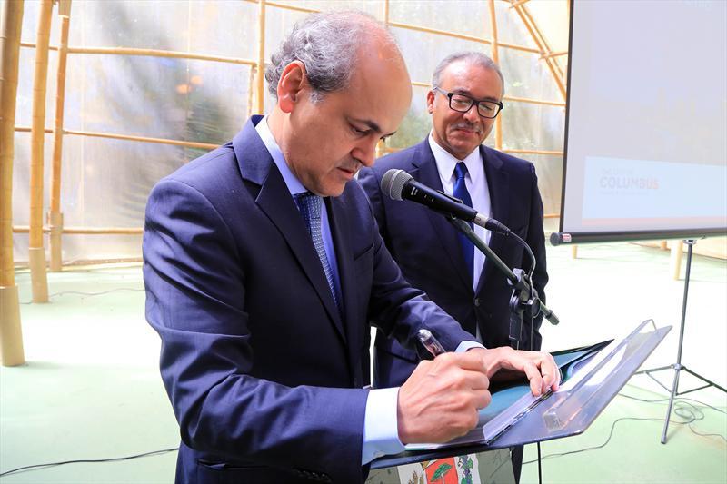 O prefeito de Curitiba, Gustavo Fruet, e o prefeito da cidade norte americana Columbus, Michael Colemann, assinaram nesta terça-feira (16) um protocolo de relacionamento de Cidades Irmãs. Foto: Valdecir Galor/SMCS