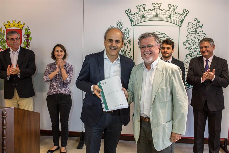 O anteprojeto de lei da revisão do Plano Diretor de Curitiba, acrescido de 47 emendas, foi entregue nesta terça-feira (24) ao prefeito Gustavo Fruet. Foto: Maurilio Cheli/SMCS