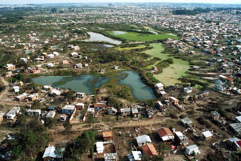 Vista aérea da ocupação irregular, Vila Audi. Reg. Cajuru. Curitiba, 02/07/2001 Foto: Cesar Brustolin/SMCS (16766-36)