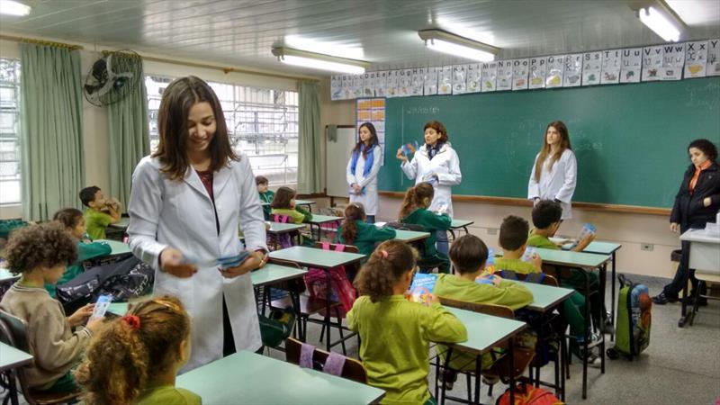 Agentes comunitários de saúde visitam escolas, residências e comércio, para informar e fiscalizar possíveis focos de dengue. Foto: Divulgação