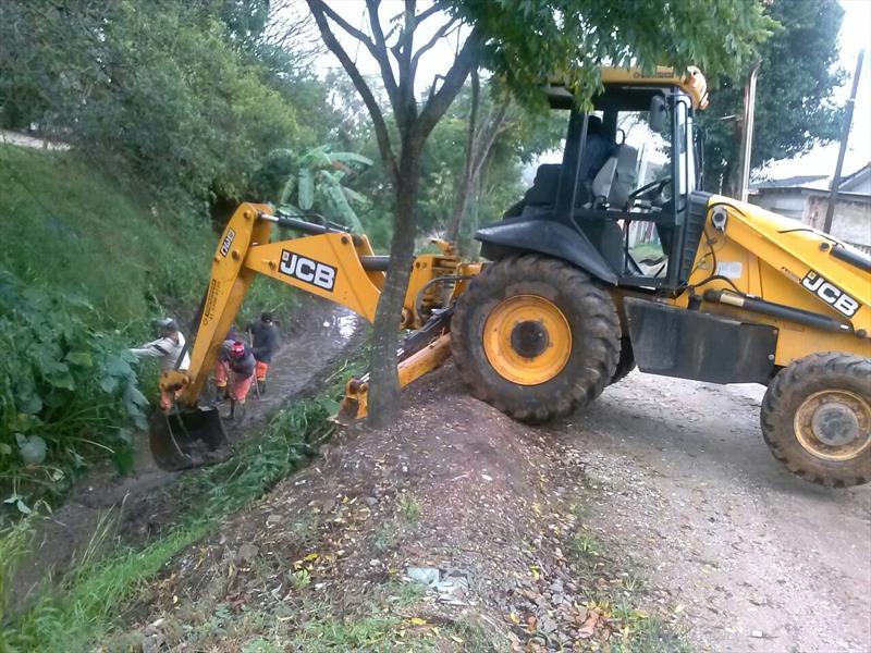 A Prefeitura de Curitiba realiza, nesta semana, a limpeza de 4 quilômetros de canais extravasores que deságuam no Rio Barigui. Foto: Divulgação
