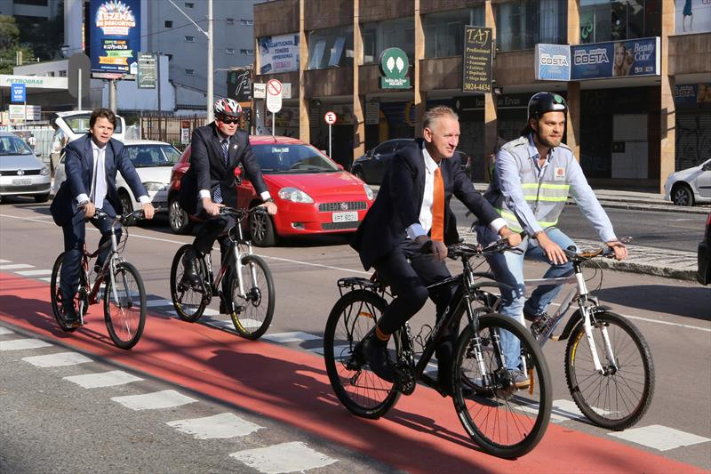 Holandeses andam de bicicleta na Via Calma da 7 de Setembro. Curitiba, 18/09/2015 -  Foto: Cesar Brustolin/SMCS