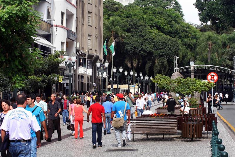 Em 1972, a Prefeitura de Curitiba fez história ao implantar o primeiro calçadão do Brasil na região central, em plena Rua XV de Novembro, uma das mais movimentadas da cidade.  - Na imagem, Rua Xv de Novembro. Foto: Cesar Brustolin/SMCS