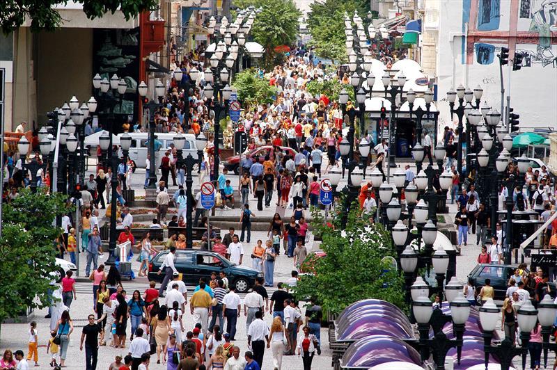 Em 1972, a Prefeitura de Curitiba fez história ao implantar o primeiro calçadão do Brasil na região central, em plena Rua XV de Novembro, uma das mais movimentadas da cidade.  - Na imagem, Rua Xv de Novembro. Na imagem, a Rua XV no ano de 2004 Foto: SMCS