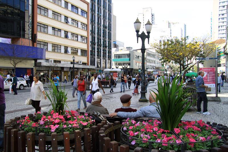 Em 1972, a Prefeitura de Curitiba fez história ao implantar o primeiro calçadão do Brasil na região central, em plena Rua XV de Novembro, uma das mais movimentadas da cidade.  - Na imagem, Rua Xv de Novembro. Foto:Valdecir Galor/SMCS