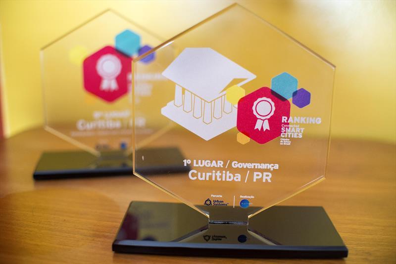 Em agosto de 2015, o prefeito Gustavo Fruet recebeu o troféu Connected Smart Cities de melhor governança, atribuído a Curitiba por um estudo que envolveu 700 cidades brasileiras.  Foto: Gabriel Rosa/SMCS