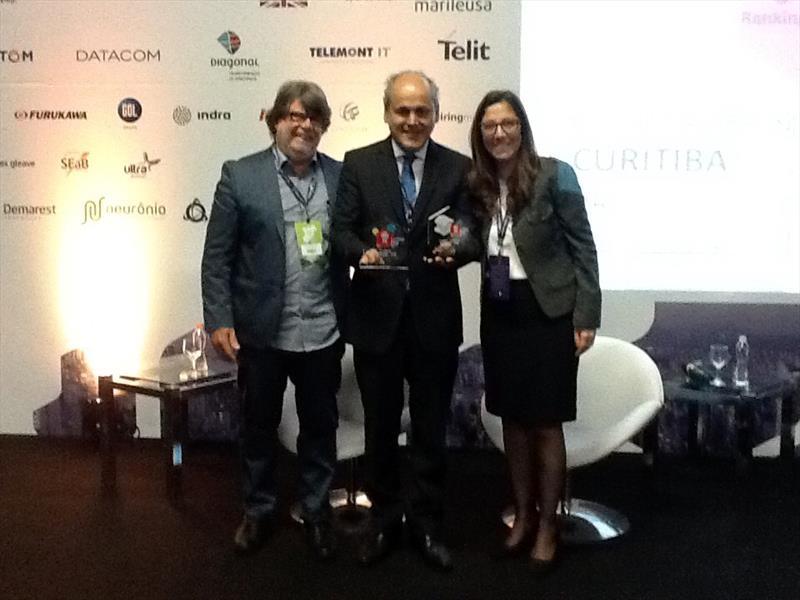 O prefeito Gustavo Fruet em São Paulo, o prêmio Connected Smart Cities 2015 de cidade com melhor governança, atribuído a Curitiba por um estudo que envolveu 700 cidades brasileiras. Foto: Divulgação