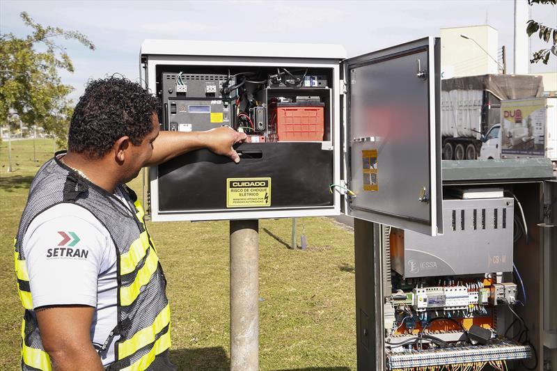A Prefeitura de Curitiba implantou em 2015 duas novas tecnologias para melhorar e modernizar o trânsito da cidade: o semáforo especial para pessoas com mobilidade reduzida e os no-breaks. Foto: Luiz Costa/SMCS