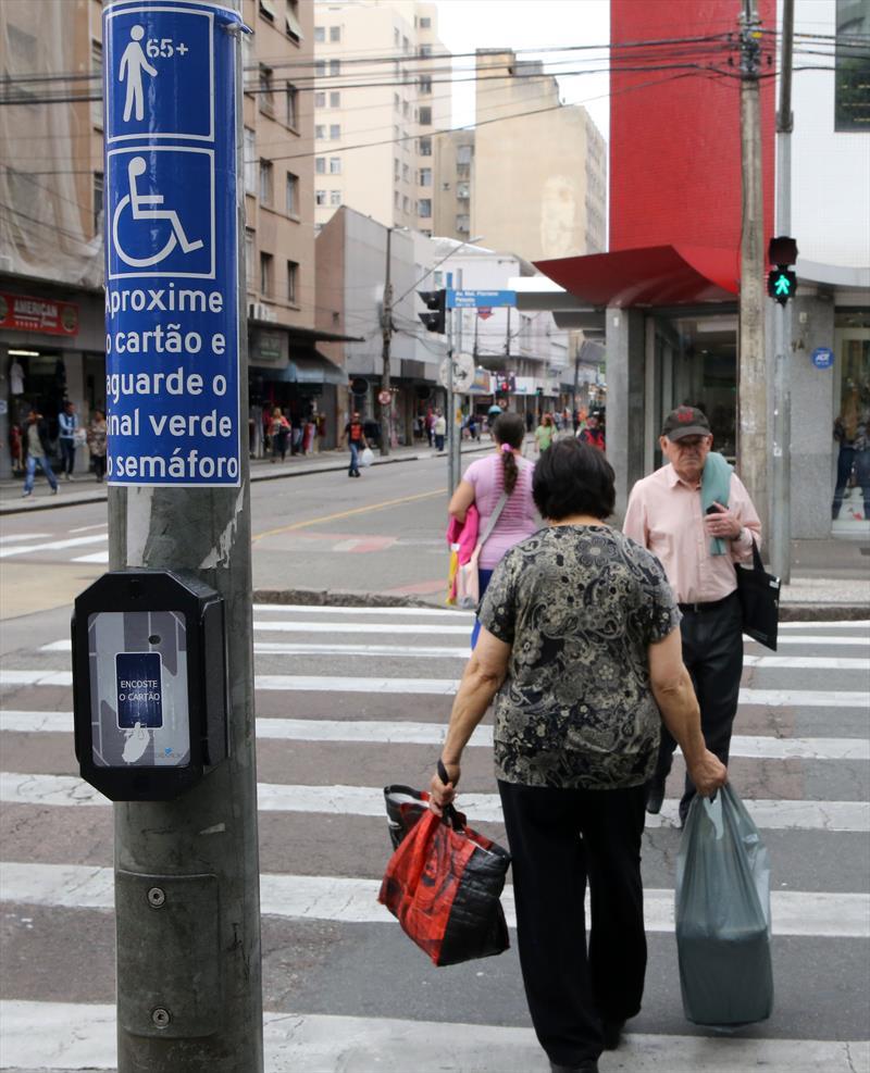 A Prefeitura de Curitiba implantou em 2015 duas novas tecnologias para melhorar e modernizar o trânsito da cidade: o semáforo especial para pessoas com mobilidade reduzida e os no-breaks. Foto: Cesar Brustolin/SMCS