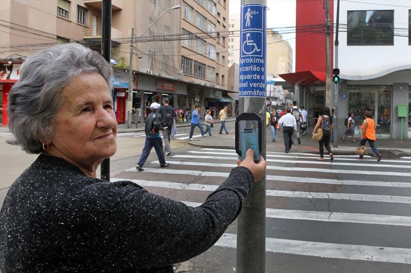A Prefeitura de Curitiba implantou em 2015 duas novas tecnologias para melhorar e modernizar o trânsito da cidade: o semáforo especial para pessoas com mobilidade reduzida e os no-breaks. Foto:Cesar Brustolin/SMCS