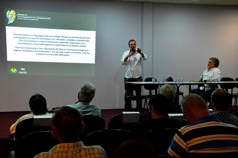 Cerca de 90 pessoas participaram da audiência pública de adequação da Lei de Zoneamento, Uso e Ocupação do Solo realizada pelo Instituto de Pesquisa e Planejamento Urbano de Curitiba (Ippuc) na noite desta quinta-feira (17). 17/03/2016 Foto: Levy Ferreira SMCS