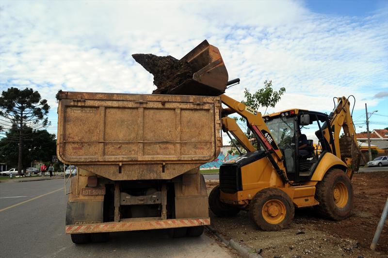 As obras do primeiro calçadão dos bairros de Curitiba já foram iniciadas na Av. Florianópolis, no Cajuru. Curitiba, 16/05/2016 -  Foto: Everson Bressan/SMCS