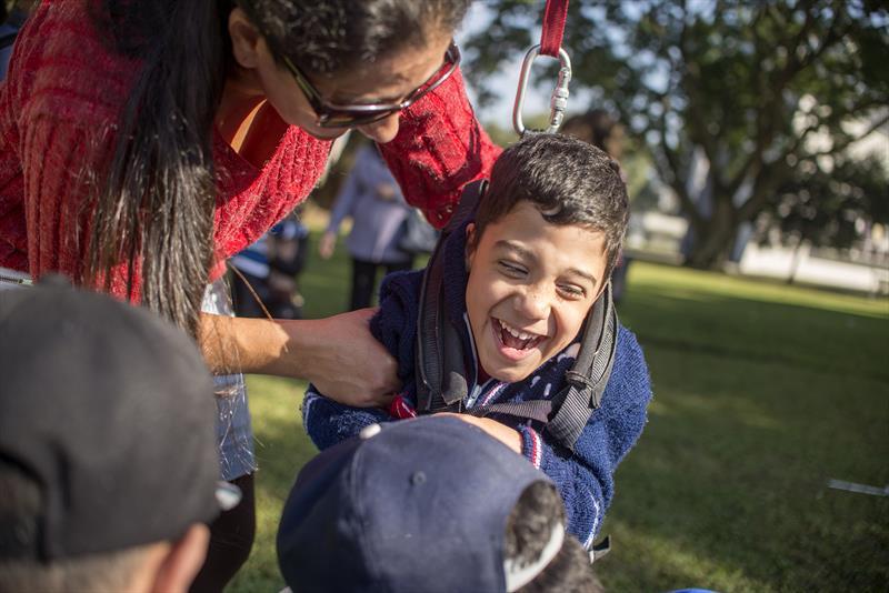 Uma ideia aparentemente simples está tornando a vida de crianças com deficiência mais alegre. É o projeto de skate adaptado para pessoas com deficiência, desenvolvido em uma parceria entre a Prefeitura de Curitiba e a iniciativa privada, lançado nesta quinta-feira (16), com a presença do prefeito Gustavo Fruet. Curitiba, 16/06/2016 -  Foto: Gabriel Rosa/SMCS