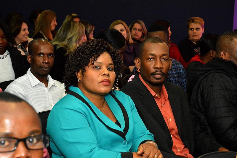 Projeto Haiti certifica 120 imigrantes em curso de Língua Portuguesa no Centro de Formação Continuada da educação.   - Na imagem, o casal de haitianos Dieuly e Shella Laurore.  Curitiba, 27/06/2016 -  Foto: Levy Ferreira/SMCS