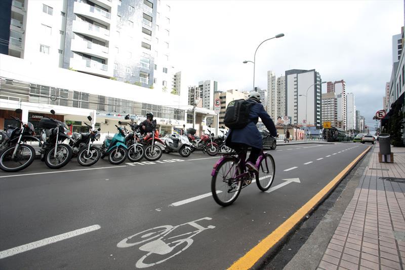 Pesquisa realizada pelo Instituto de Pesquisa e Planejamento Urbano de Curitiba (Ippuc) entre junho e dezembro de 2015 confirmou o tráfego intenso de ciclistas nas avenidas João Gualberto e Paraná. Na pesquisa qualitativa, realizada por meio de entrevistas, foi constatado que 68,33% dos ciclistas trafegam pelo local a trabalho e 10% utilizavam as vias para se dirigir aos locais de estudo, o que totaliza 78% somando-se as duas finalidades. Foto: Jaelson Lucas/SMCS