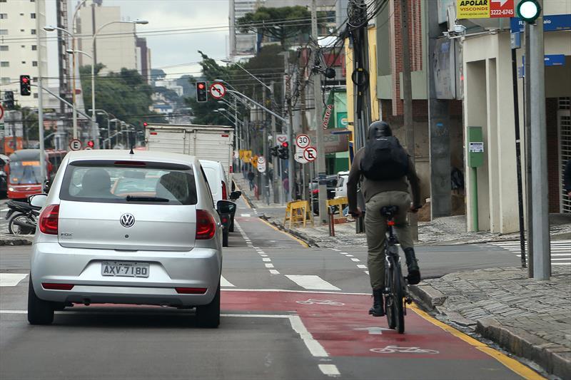 Pesquisa realizada pelo Instituto de Pesquisa e Planejamento Urbano de Curitiba (Ippuc) entre junho e dezembro de 2015 confirmou o tráfego intenso de ciclistas nas avenidas João Gualberto e Paraná. Na pesquisa qualitativa, realizada por meio de entrevistas, foi constatado que 68,33% dos ciclistas trafegam pelo local a trabalho e 10% utilizavam as vias para se dirigir aos locais de estudo, o que totaliza 78% somando-se as duas finalidades. Foto: Luiz Costa/SMCS