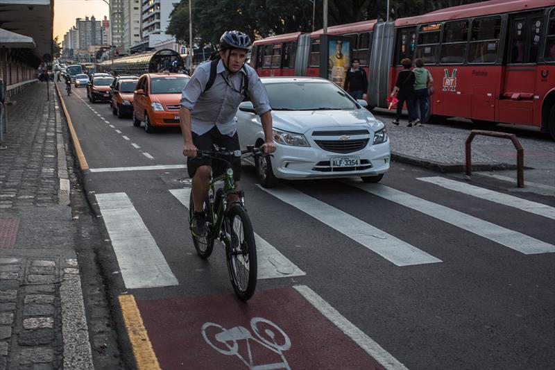 Pesquisa realizada pelo Instituto de Pesquisa e Planejamento Urbano de Curitiba (Ippuc) entre junho e dezembro de 2015 confirmou o tráfego intenso de ciclistas nas avenidas João Gualberto e Paraná. Na pesquisa qualitativa, realizada por meio de entrevistas, foi constatado que 68,33% dos ciclistas trafegam pelo local a trabalho e 10% utilizavam as vias para se dirigir aos locais de estudo, o que totaliza 78% somando-se as duas finalidades. Foto: Maurilio Cheli/SMCS