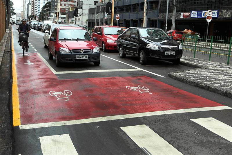 O número de ciclistas que utiliza a Avenida Sete de Setembro desde a implantação da Via Calma mais que dobrou em 2014, quando foram estabelecidos o compartilhamento do tráfego de veículos e bicicletas na via lenta e a velocidade máxima de 30 km por hora. Foto: Luiz Costa/SMCS