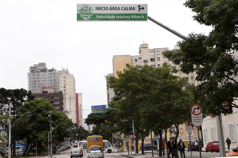 Um ano depois de implantar a Área Calma, o perímetro que limita em 40km/h a velocidade máxima na região central de Curitiba, os números de atendimentos e de registros de acidentes tiveram redução expressiva em relação ao período anterior. Foto: Luiz Costa/SMCS