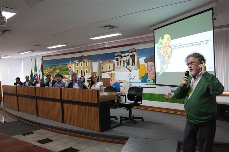 Dezenas de pessoas participaram da audiência na Câmara Municipal de Curitiba para acompanhar a apresentação do projeto da Lei de Zoneamento, Uso e Ocupação do Solo do Município elaborada pelos técnicos do Instituto de Pesquisa e Planejamento Urbano de Curitiba (Ippuc) na quinta-feira (24). Curitiba, 24/11/2016 -  Foto: Lucilia Guimarães/IPPUC