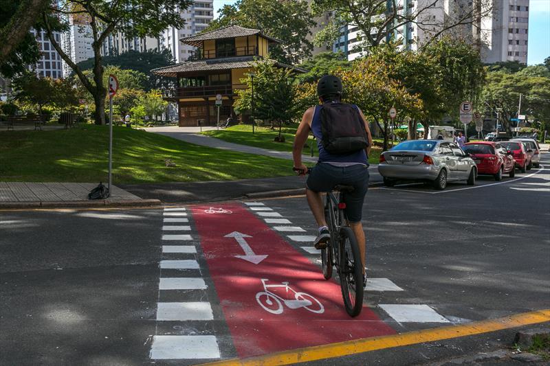 Novos projetos dobraram a capacidade cicloviária de Curitiba. -Na imagem, Via calma na Praça do Japão. Foto: Maurilio Cheli/SMCS