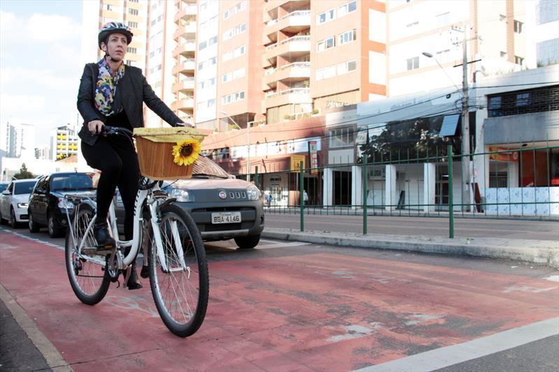 Novos projetos dobraram a capacidade cicloviária de Curitiba.  - Na imagem, Viviane Mendonça. Foto: Lucilia Guimarães/IPPUC