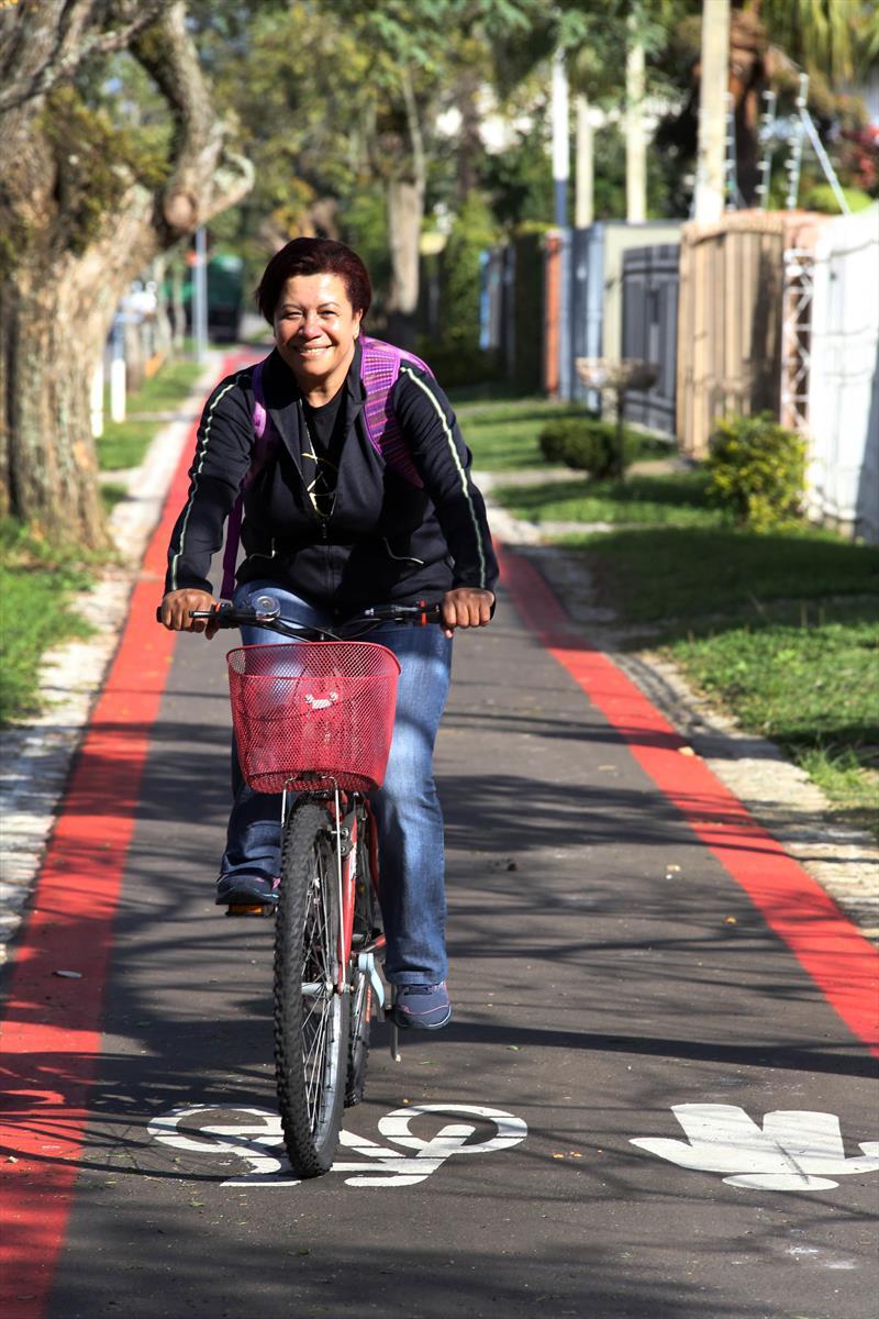 Novos projetos dobraram a capacidade cicloviária de Curitiba.  - Na imagem, a Sra. Lucia Carvalho. Foto: Cesar Brustolin/SMCS