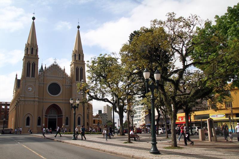 Setor Histórico concentra templos religiosos para se conhecer a pé. -Na imagem,  Catedral Basílica Menor Nossa Senhora da Luz dos Pinhais, Padroeira da cidade, no Centro. Foto:Jaelson Lucas/SMCS (arquivo)