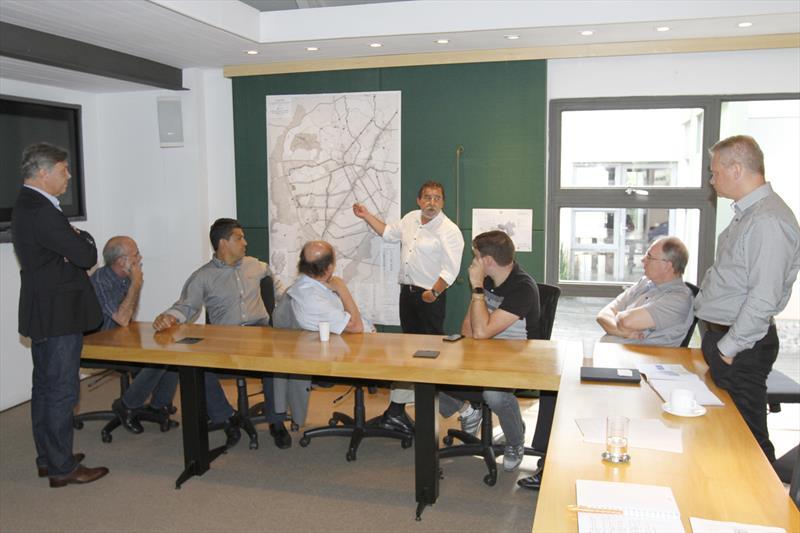 O prefeito Rafael Greca analisou nesta sexta-feira (10), no Ippuc, o projeto City Vehicle Interconnected (Civi), um dos que integram o Procedimento de Manifestação de Interesse (PMI) da Eletromobilidade, voltado à implantação de um modal de transporte público com acionamento elétrico. Curitiba, 10/02/2017 Foto:Ari Dias/IPPUC